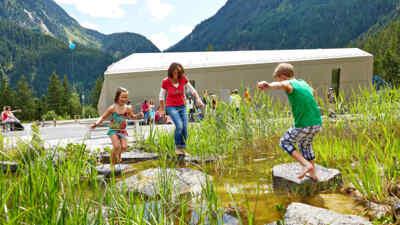 Kinder hüpfen über Steine