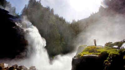 WasserWelten Krimml - Person steht vor einem Wasserfall