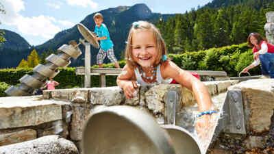 Kind spielt mit Wasser