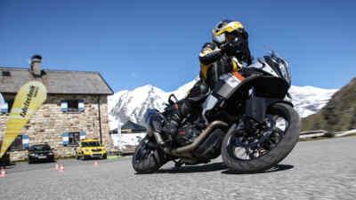Motorradfahrer fährt einen Parcour