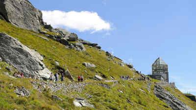 Touristen auf dem Weg zur Wilhelm-Swarovski-Beobachtungswarte
