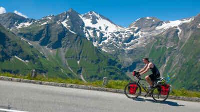 Ein Radfahrer auf dem Weg zum Gipfel