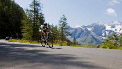Ein Rennradfahrer fährt die Straße hinunter